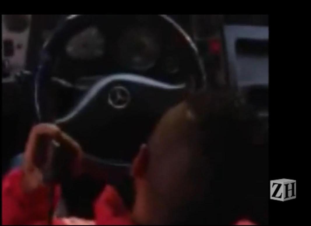 Leitor flagra motorista de lotação dirigindo e falando ao celular