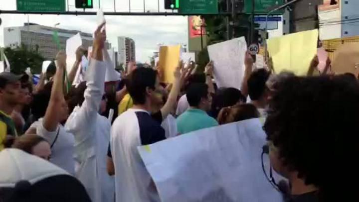 Manifestação reúne 100 mil no Recife