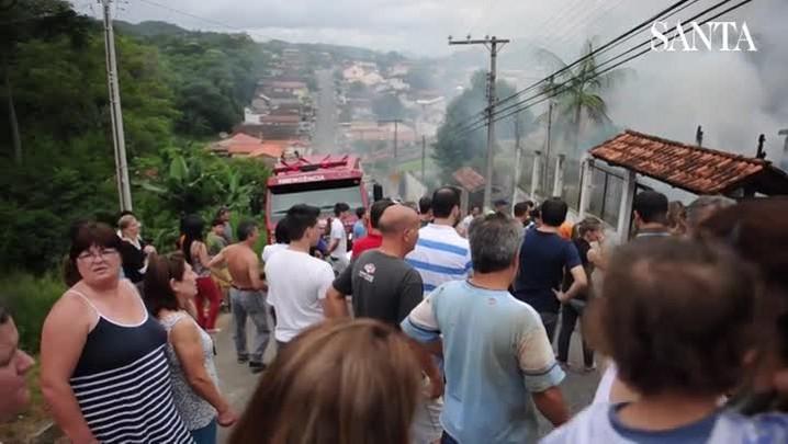 Incêndio destrói casa no Bairro Tribess