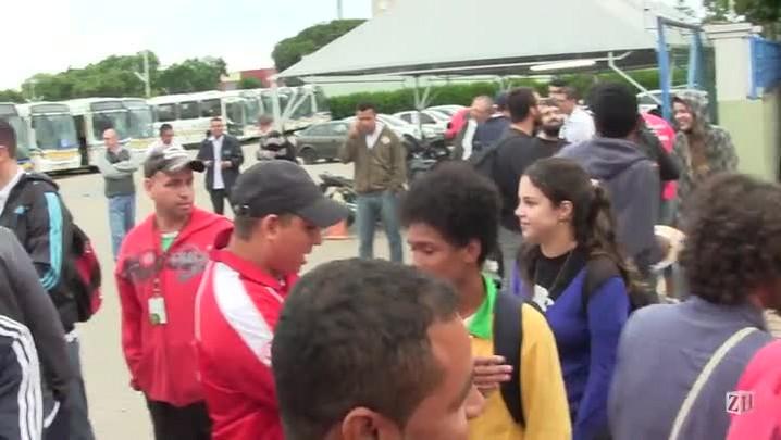 Manifestantes bloqueiam saída de garagem na zona sul de Porto Alegre