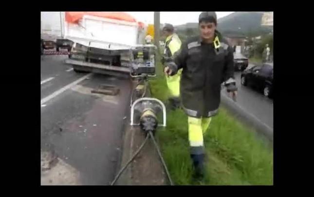 Caminhoneiro é socorrido após ser prensado em acidente na BR-101, em Joinville