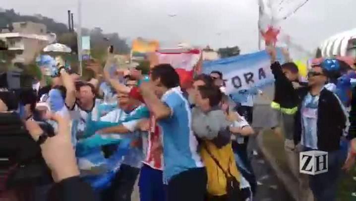 Torcida argentina chega ao estádio Beira-Rio