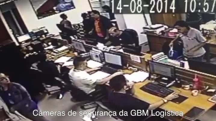 Vídeo mostra reação de funcionários de empresa após queda de avião; veja