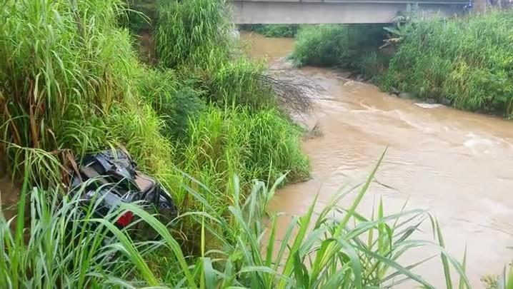 Corpo é encontrado no carro que caiu no rio em Massaranduba