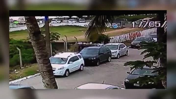 Homem arromba carro na Praia Brava, em Itajaí, na companhia de mulher e criança