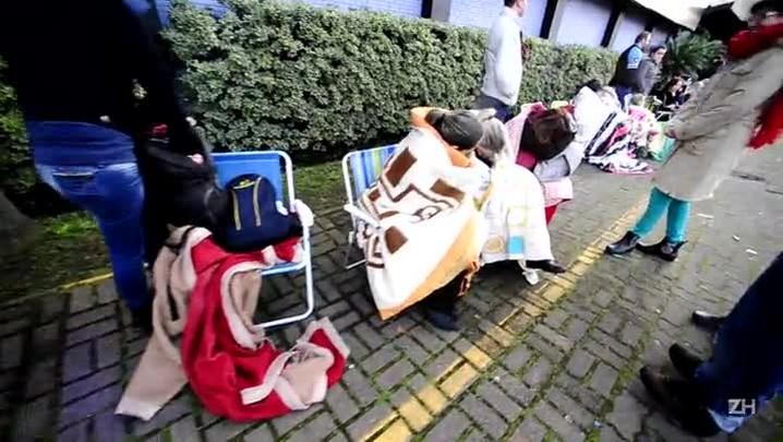Fãs encaram o frio e madrugam na fila para o show dos Backstreet Boys em POA