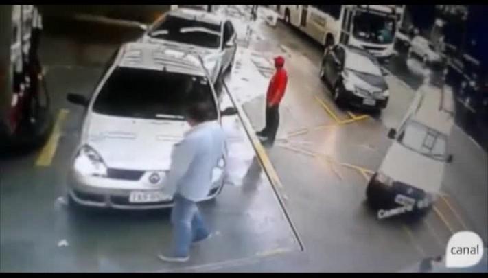 Susto em posto: após batida de ônibus, escada cai de cima de carro e quase atinge homem