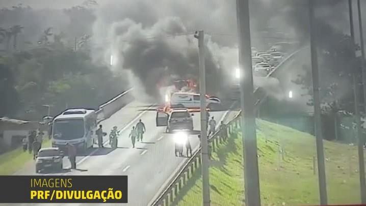 Carros incendeiam após acidente envolvendo cinco veículos na BR-290