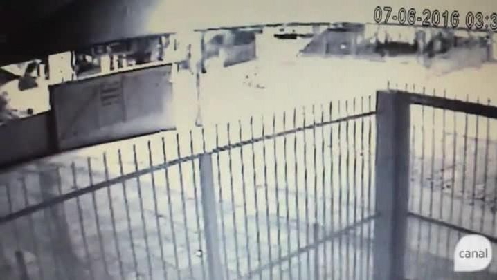 Ladrões fazem motociclista refém e explodem banco em Caxias