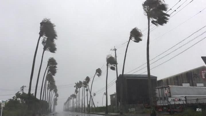 Tufão causa mortes e estragos no Japão