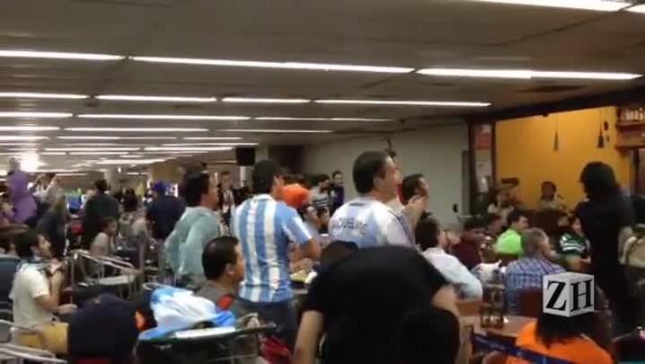 Argentinos comemoram vitória após jogo sofrido