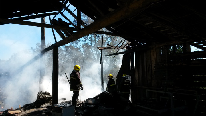 Fogo destrói galpão que abrigava empresa e depósito em Caxias do Sul