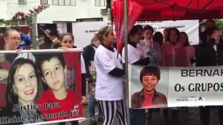 Em frente ao Fórum de Três Passos, manifestantes tocam gravação com gritos de Bernardo
