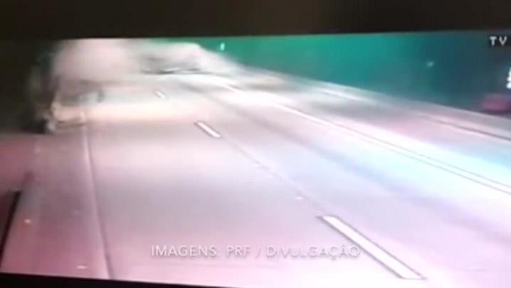 Caminhão tomba e causa interdição da BR-101 em Maquiné