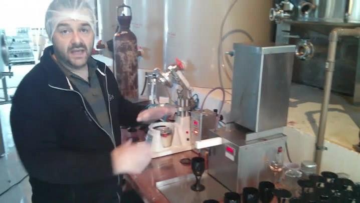 Conheça o processo de envasamento do vinho na taça