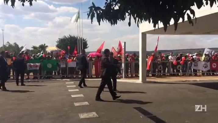 Manifestantes aguardam Dilma na saída do Alvorada