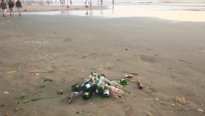 Depois da virada, praia de Capão da Canoa amanhece coberta de lixo