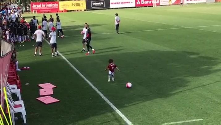 Filho de Danilo Fernandes se diverte durante jogo-treino do Inter