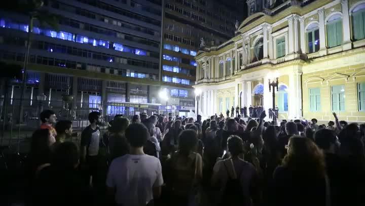 Segunda noite de protestos no Largo Glênio Peres