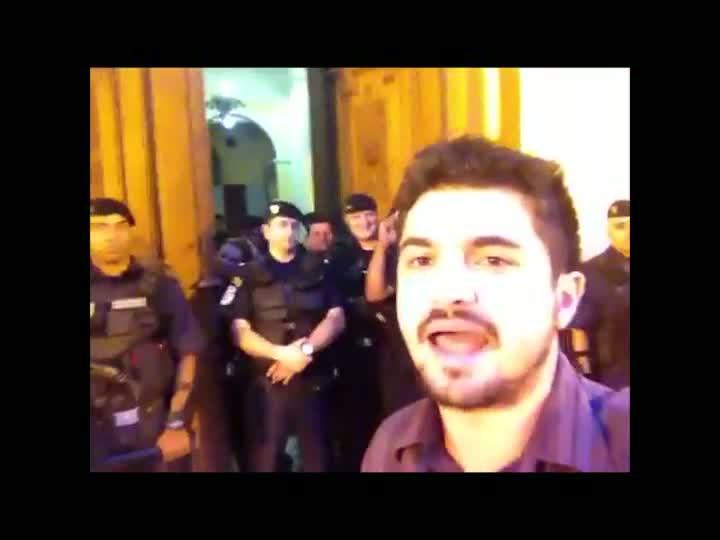 Manifestantes protestam em frente à prefeitura pelo aumento das passagens.01/04/2013