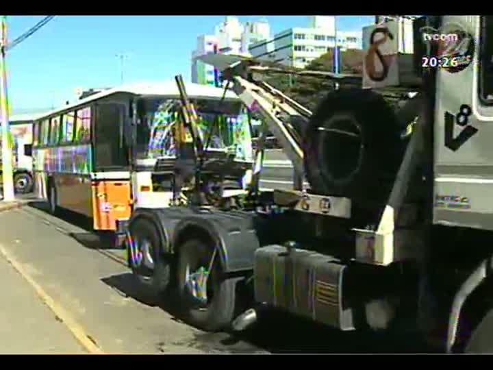 TVCOM 20 Horas - Recebem alta as 33 pessoas envolvidas em acidente com dois ônibus na BR-116 em Canoas - Bloco 2 - 10/05/2013