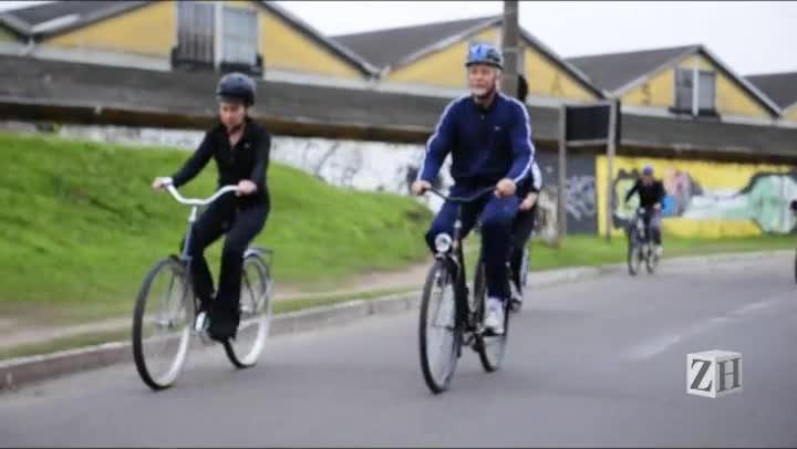 Prefeito passeia de bicicleta no Centro Histórico durante o Dia Mundial Sem Carro