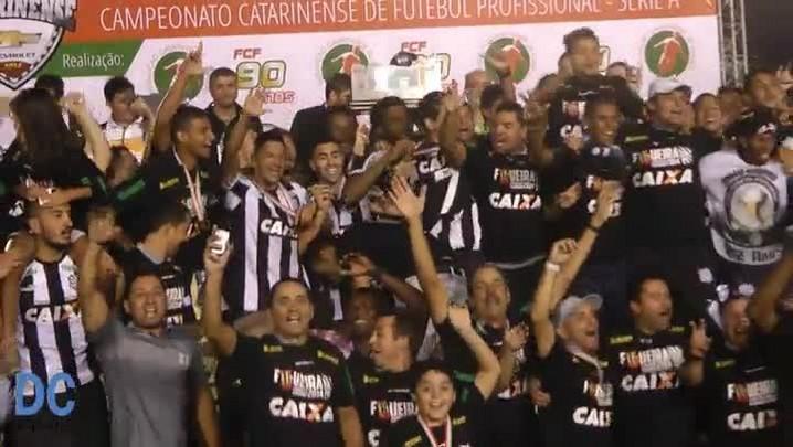 Time do Figueirense comemora o título Estadual