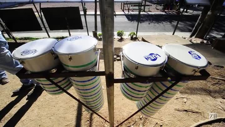 Escola cria parque musical com cano PVC e chinelos