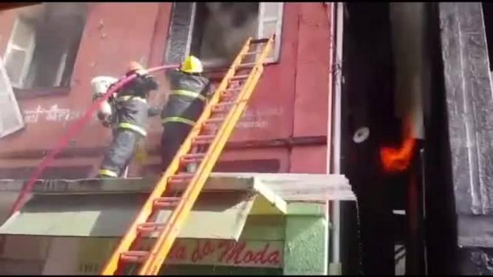 Bombeiros tentam conter chamas em prédio da Serra Gaúcha