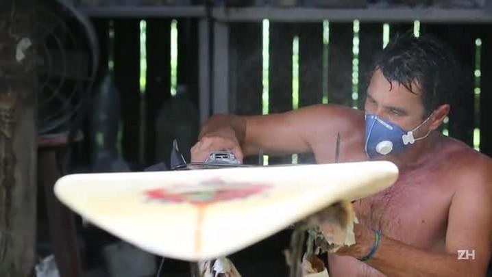 O homem que dá forma às pranchas de surfe