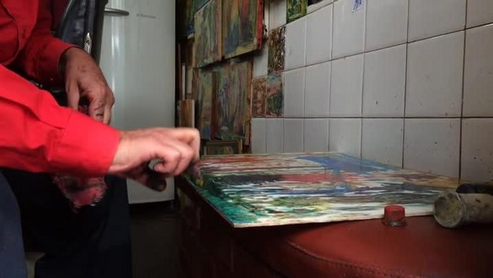 Barbeiro de Porto Alegre usa os dedos para pintar quadros
