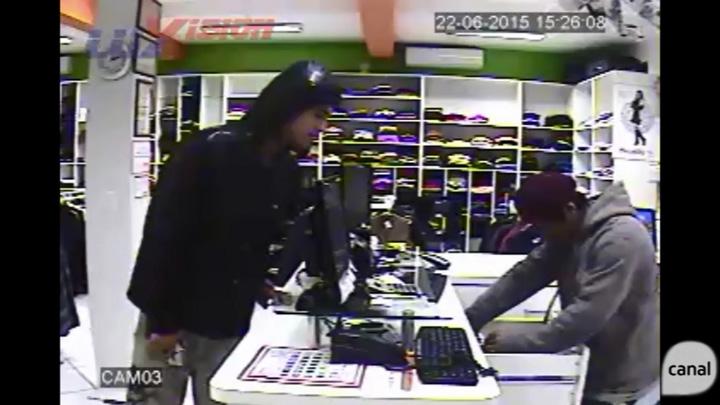 Dois homens armados entram em loja e usam funcionária para tirar dinheiro do caixa