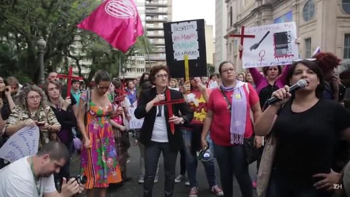 Grupo protesta em apoio a mulheres que denunciaram agressões da BM