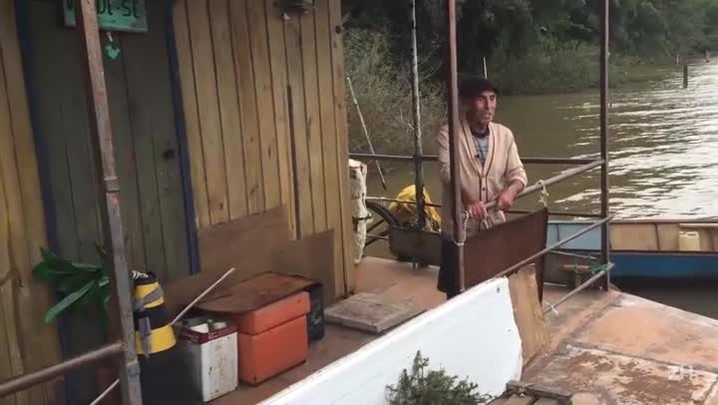Pescador da Ilha da Pintada apresenta sua casa flutuante