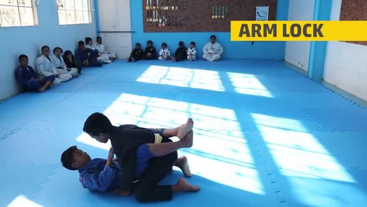 Aprenda cinco posições básicas de jiu-jítsu com a gurizada da Aldeia