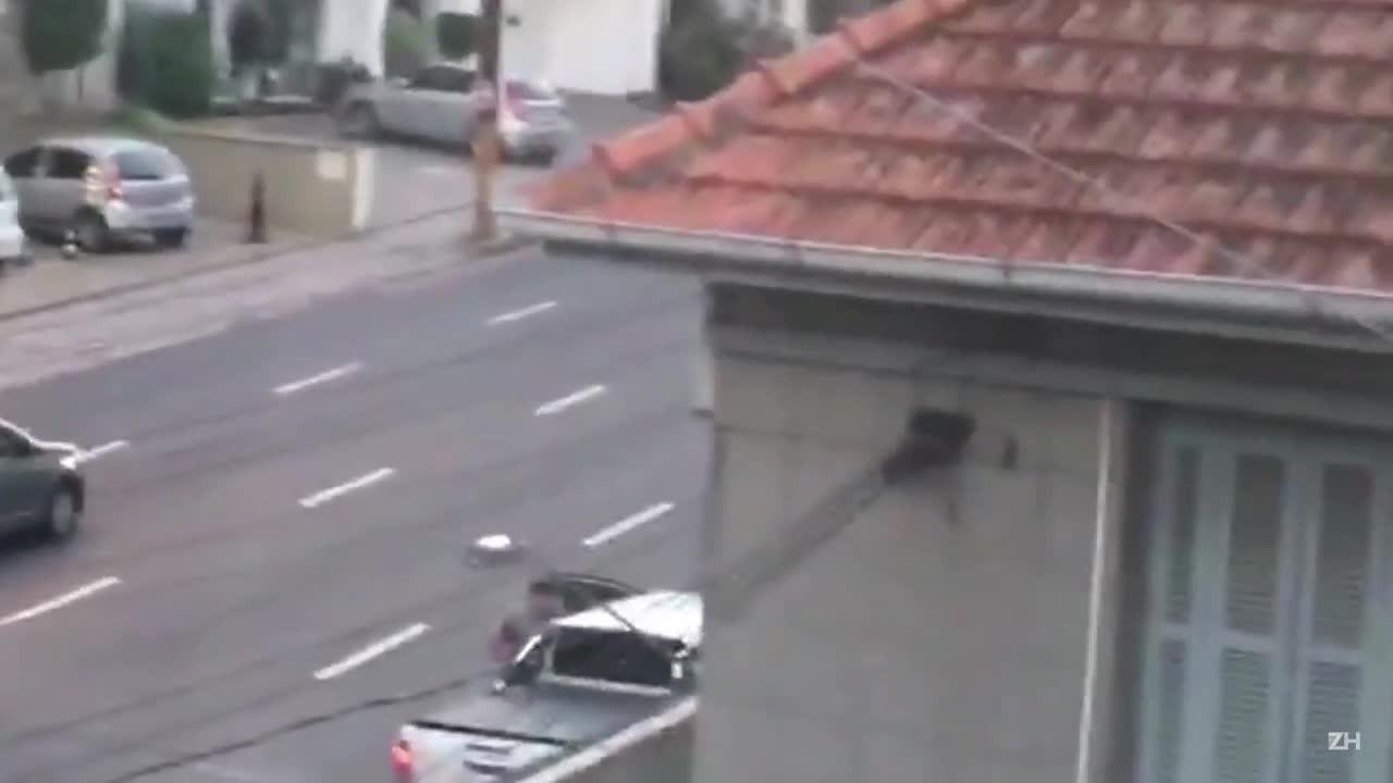 Imagens de assalto com morte na Rua 24 de Outubro em Porto Alegre