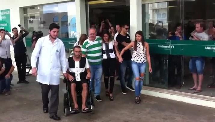 Alan Ruschel deixa hospital em Chapecó
