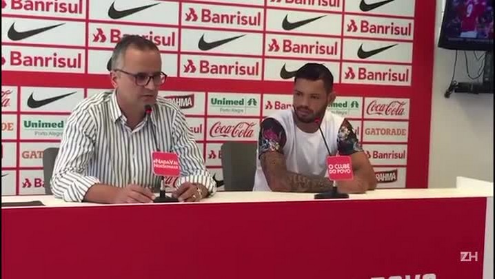 Atacante Carlos é apresentado Inter