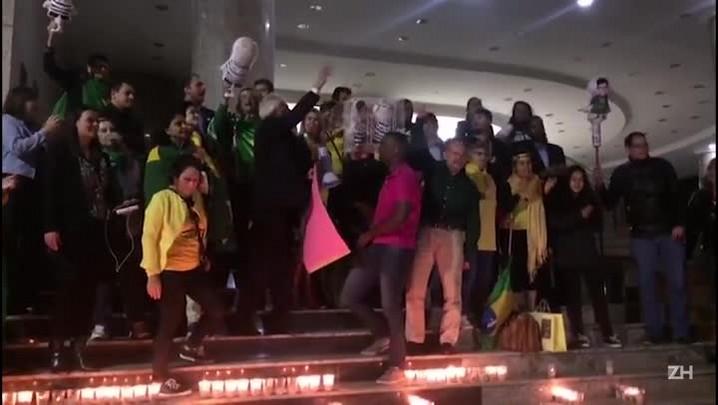 Manifestantes pedem a tribunal em Porto Alegre mais rapidez em julgamentos da Lava-Jato