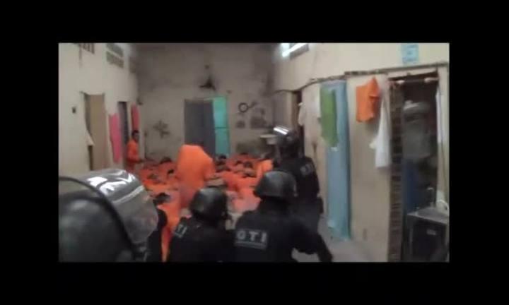 Ação de agentes prisionais na operação pente fino no Presídio Regional de Blumenau