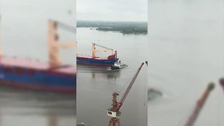 Navio de carga colide com rebocador em porto da Capital