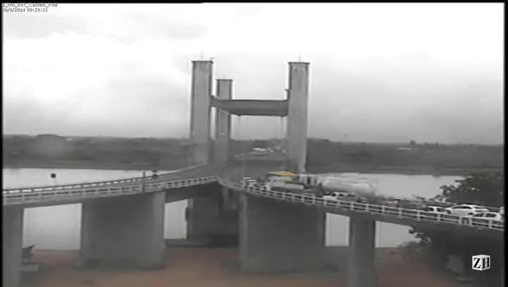 Veja o momento da queda de veículo da ponte do Guaíba