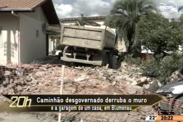 TVCOM 20 Horas - Caminhão desgovernado derruba o muro e a garagem de um casa, em Blumenau - 06.05.15
