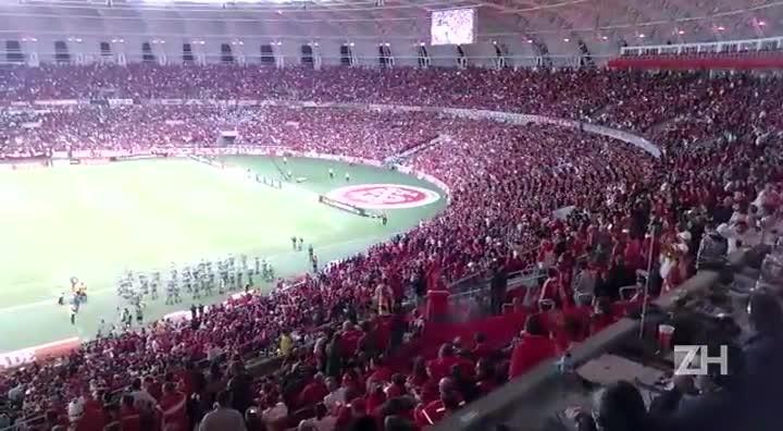 Torcida colorada canta antes de Inter x Atlético-MG