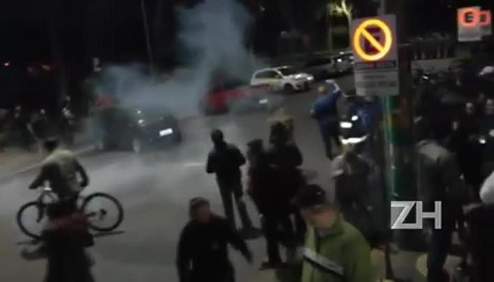 Polícia joga bomba de efeito moral e spray de pimenta em servidores, em São Leopoldo