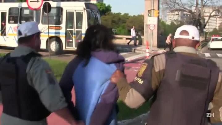 Após assaltar mulher, preso tenta fugir em frente ao Palácio da Polícia