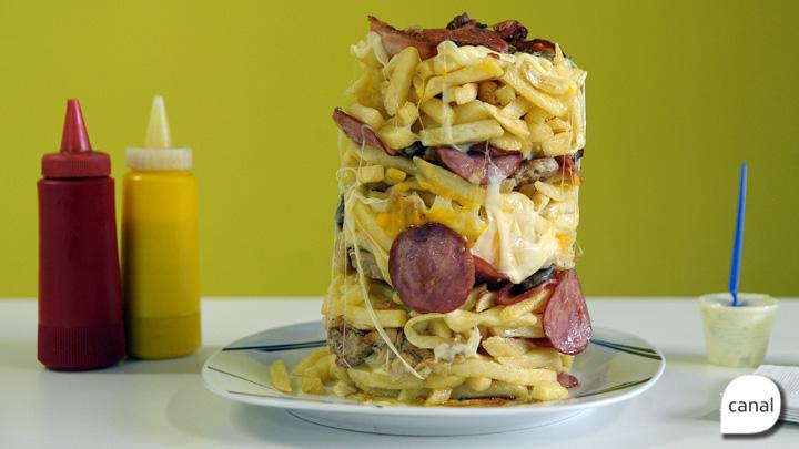 Torre de batatas intercala fritas, coração, calabresa, frango, bacon, lombo e queijo