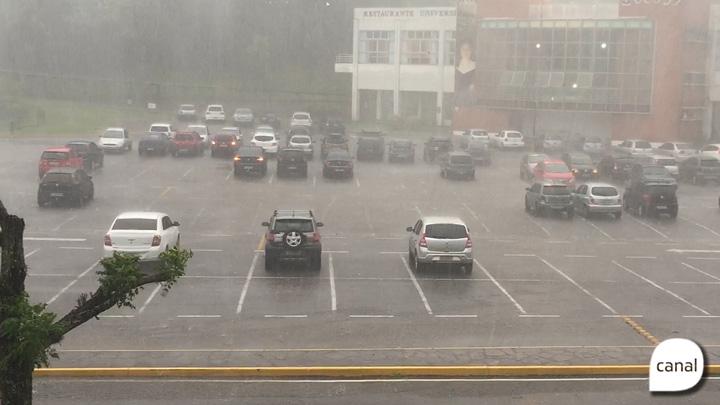 Granizo dispara alarmes de carros no estacionamento da UCS