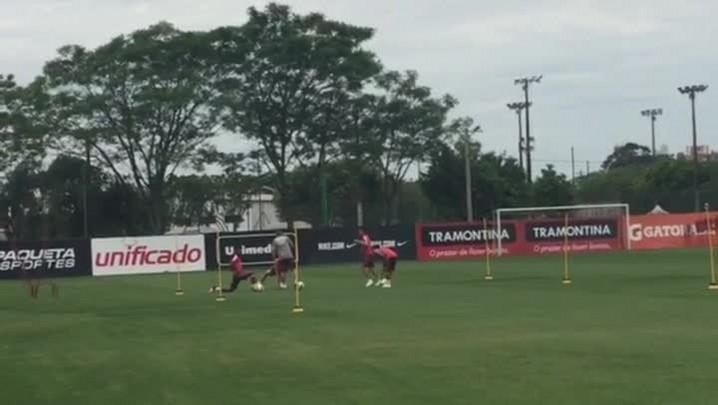 Alex, Geferson, Réver e Éverton Felipe treinam sob os cuidados da preparação física