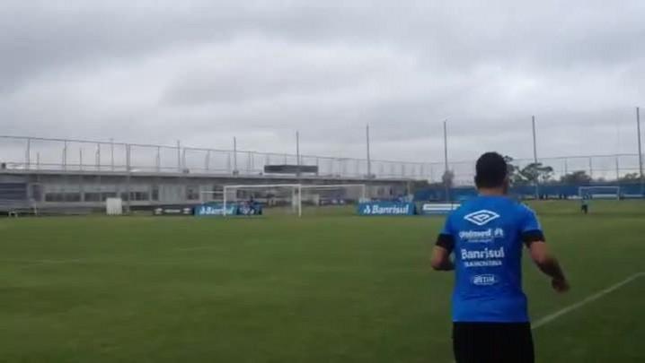Maicon corre em treino do Grêmio